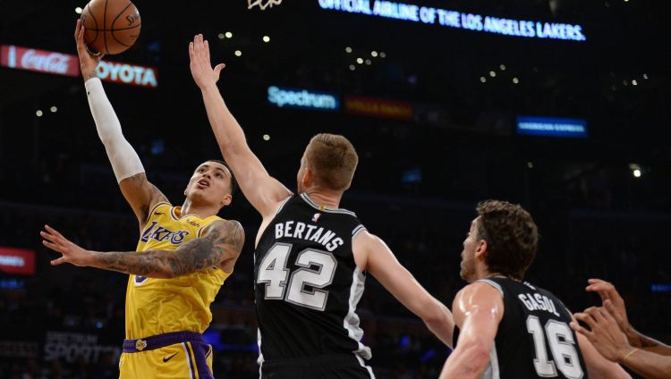 """""""Spurs"""" papildlaikā sarūpē """"Lakers"""" trešo zaudējumu, Džeimsam neveiksmīga izskaņa"""