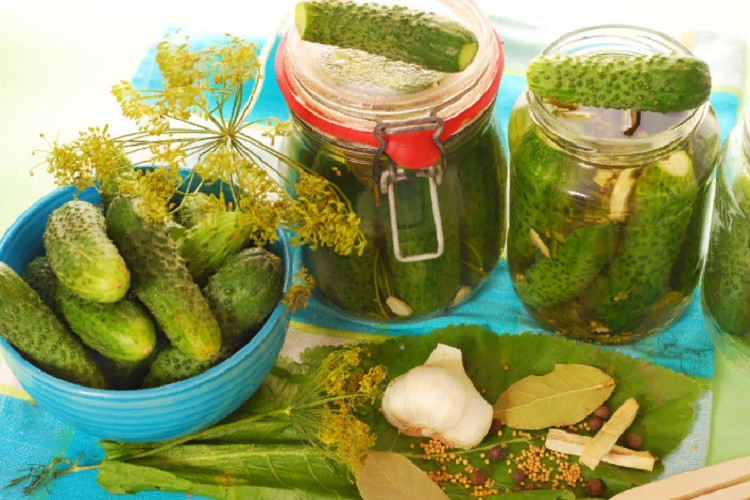 Trīs veidu garšīgi marinēti gurķi ziemai