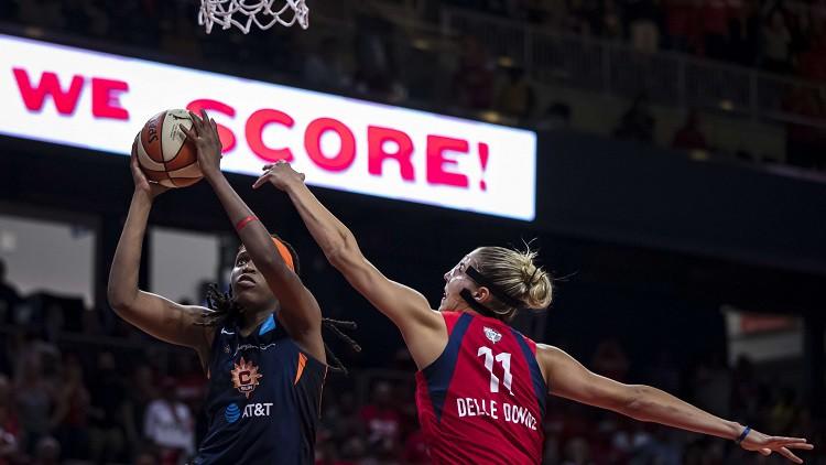 """MVP gūst savainojumu, Džonsas monstrālais """"double-double"""" panāk 1-1 WNBA finālā"""