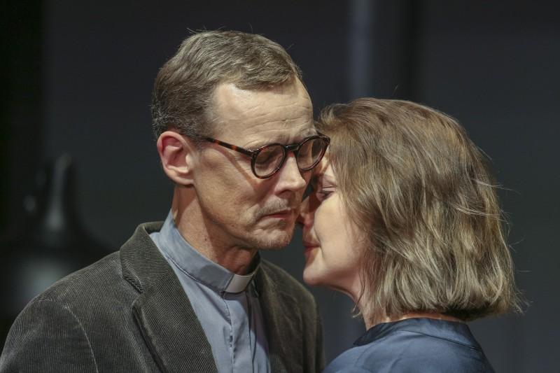 """Valmieras teātrī top Henrika Ibsena luga """"Alvinga kundze"""" Māras Ķimeles režijā"""