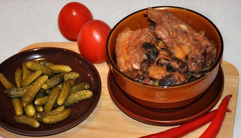 Pupiņu un kartupeļu sautējums ar cūkas ribiņām