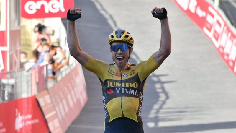 """Ārprātīgs karstums un nozagti riteņi: """"Strade Bianche"""" triumfē van Ārts, latvieši nesasniedz finišu"""