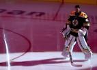 """Video: """"Bruins"""" vārtsargs Rasks sajauc rezultātu un pie neizšķirta atstāj vārtus tukšus"""