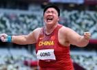 Ķīniete Guna pirmo reizi karjerā kļūst par olimpisko čempioni lodes grūšanā