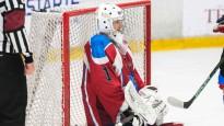 Hokeja vārtsargs spiests sargāt vārtus uz vienas slidas