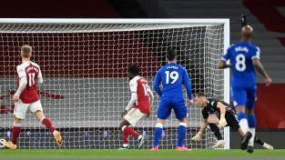 Leno raida bumbu savos vārtos un <i>uzdāvina</i> uzvaru ''Everton''