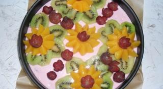 Cepumu torte ar biezpienu, zemenēm un tropu augļiem