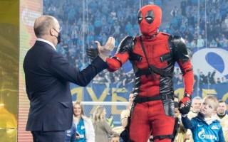 Dzjuba uz apbalvošanas ceremoniju ierodas supervaroņa tērpā