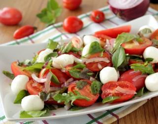 Salāti ar tomātiem un Mozarella sieru