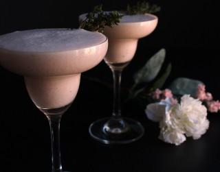 Dzirkstošs alkoholisks kokteilis Valentīndienai