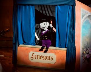 Bērnu draugs – lelle LeNeSOns – aicina mazos klausītājus uzzināt,  kas ir opera