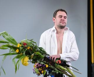 """Foto: Ivars Kļavinskis godam izturējis vīrišķības testu """"MAČO"""" pirmizrādē"""