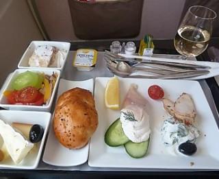 Ēdienkarte lidmašīnā. Kas piedāvājumā Turkish Airlines?