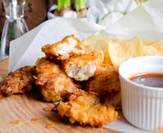 FISH & CHIPS ar čedaras siera un sīpolu katliņčipsiem