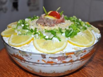 Kārtainie laša un dārzeņu salāti