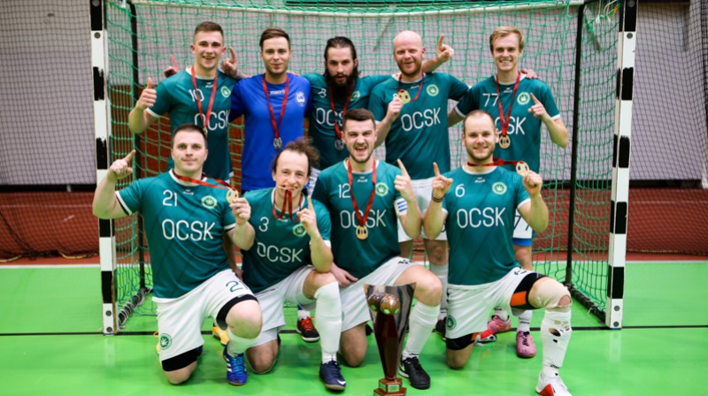 "Ogresgala komanda ""OCSK"" ar izcīnīto Rubīna kausu. Foto: Ritvars Raits, osports.lv"
