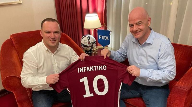LFF prezidents Vadims Ļašenko (pa kreisi) un FIFA prezidents Džanni Infantīno (pa labi). Foto: lff.lv