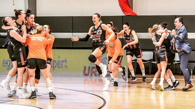 """Paula Strautmane un """"PEAC Pecs"""" spēlētājas pēc uzvaras. Foto: hunbasket.hu"""