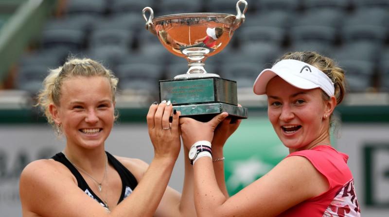 """Barbora Krejčīkova 2018. gadā ar Kateržinu Sinjakovu uzvarēja """"French Open"""" dubultspēļu turnīrā. Vai šodien viņa iegūs vienspēļu titulu? Foto: AFP/Scanpix"""