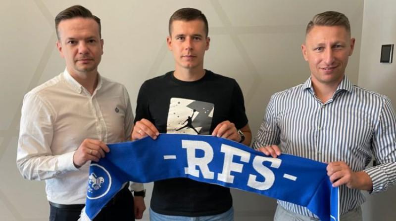 Arturs Piks (vidū) kopā ar RFS sporta direktoru Aleksandru Usovu (pa labi). Foto: fkrfs.lv