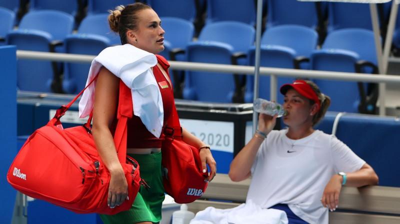 Arinai Sabaļenkai olimpiskais turnīrs jau beidzies, bet Donnai Vekičai cīņa turpinās. Foto: Reuters/Scanpix