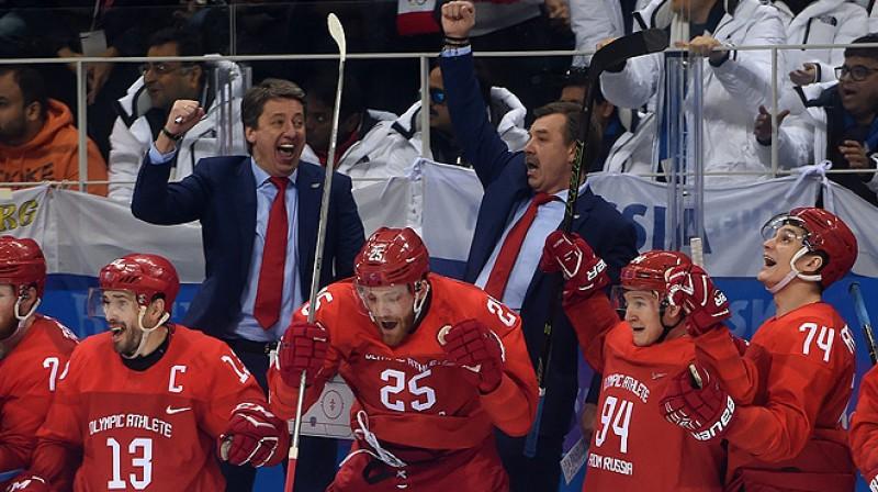 Harijs Vītoliņš un Oļegs Znaroks triumfē Phjončhanas olimpiskajās spēlēs. Foto: fhr.ru