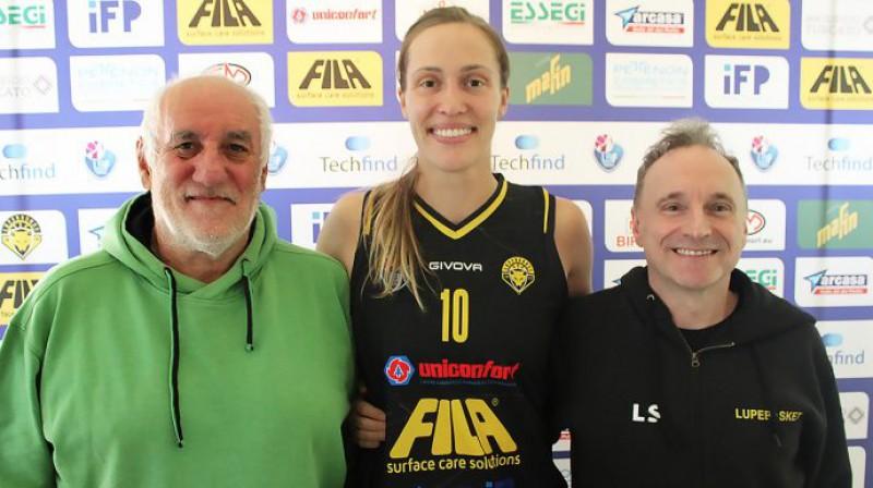 """Karlīne Pilābere ar """"Lupe Basket"""" vadītājiem. Foto: Basket Inside"""