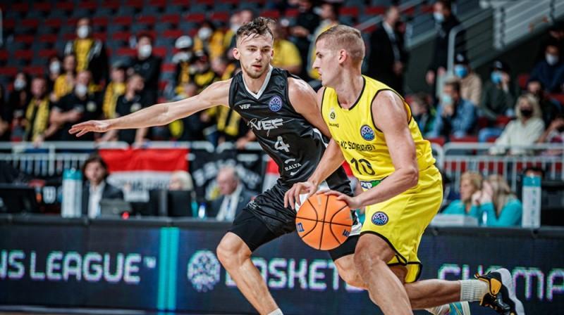 Kristers Zoriks aizsardzībā pret Benedeku Vāradi. Foto: FIBA Champions League