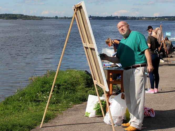 LMA rektors Naumovs 'alla prima' tehnikā uzglezno Daugavas ainavu