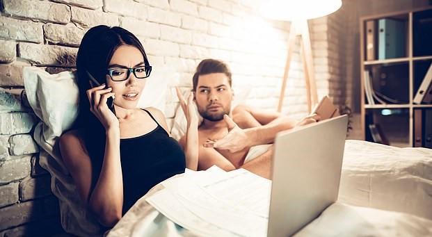Kā dators guļamistabā var sabojāt seksu un attiecības