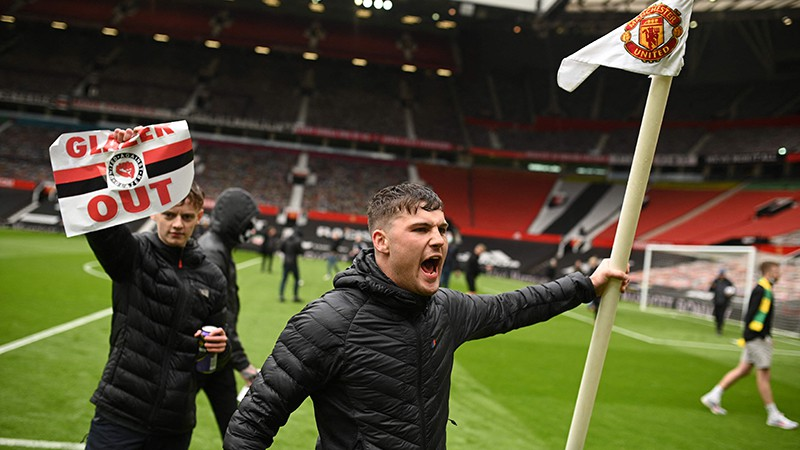 Divas stundas pirms spēles fani iebrūk Old Trafford stadionā