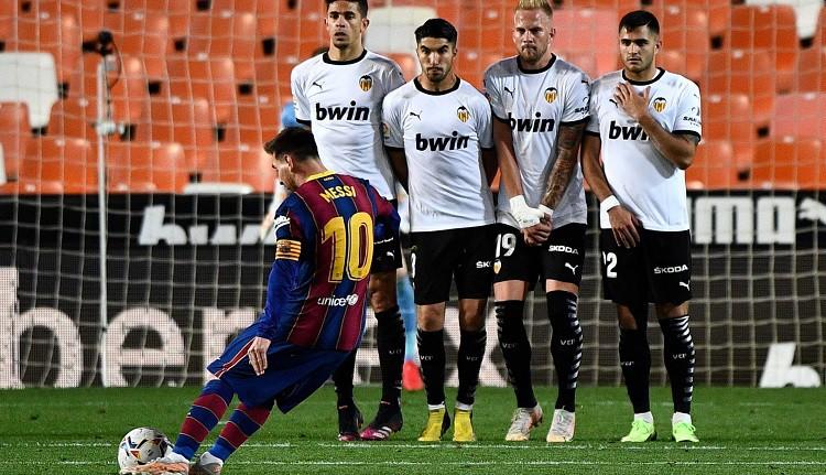 """Pirms lielās spēles """"Barcelona"""" atspēlējas un uzvar Valensijā"""